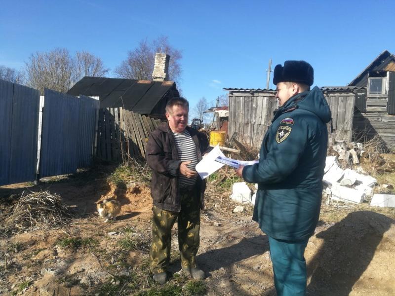 В Скребловском сельском поселении Лужского района сотрудники МЧС России провели профилактику палов травы
